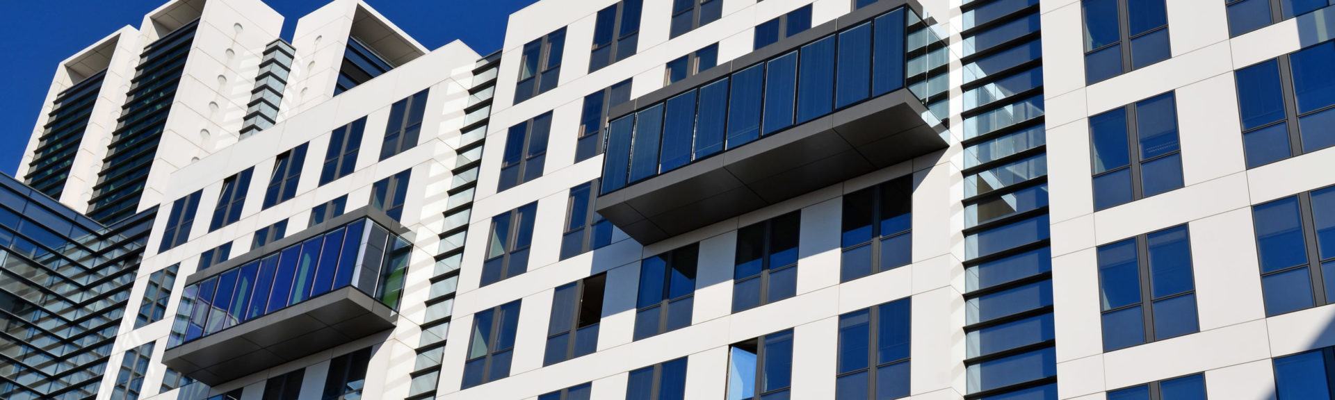 Immobilie - Hohes Bürogebäude