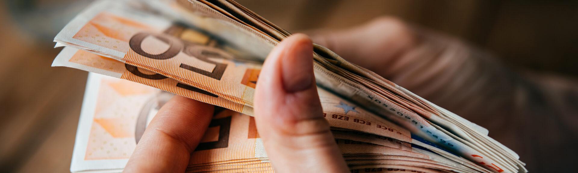 Ein Stappel Geld in einer Hand