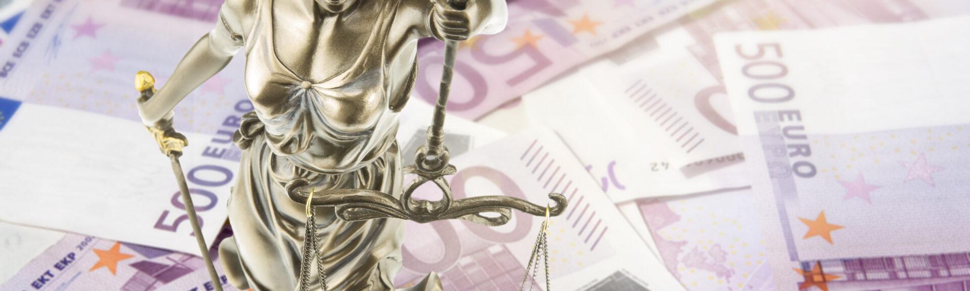 Eine goldene Justitia Figur steht auf vielen 500 Euro