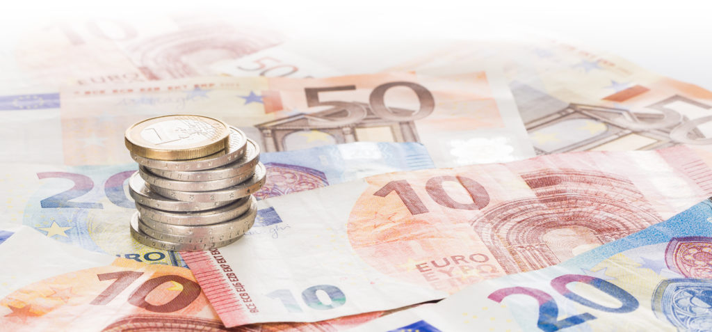 Euromünzen im Stapel auf Eurogeldscheinen, Panorama, Hintergrund